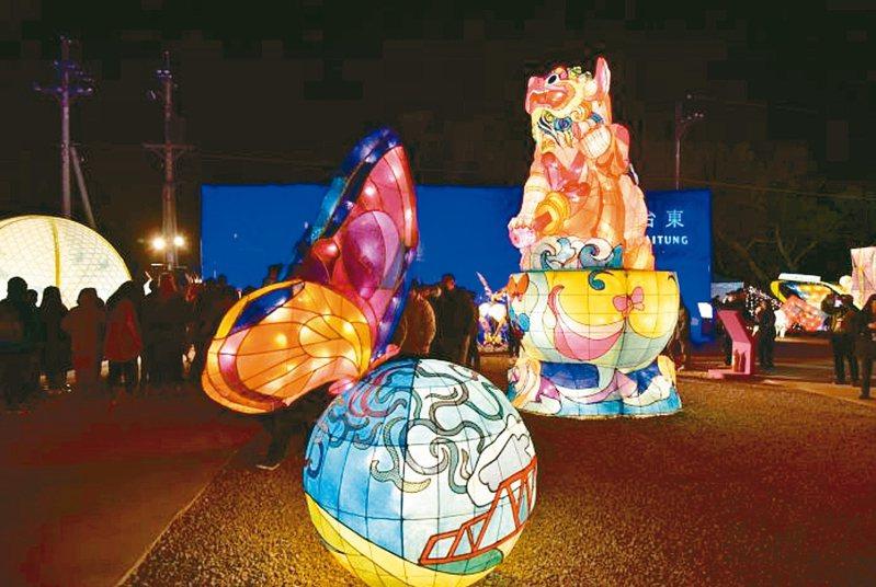 台中燈會的雲林主題燈區以「詠春轉旺」為主題,以廟宇傳統「獅子滾繡球」為設計概念,讓雲林宗教文化中的石製雕獅活靈活現。 圖/雲林縣府提供
