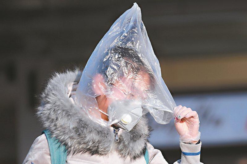 山西太原火車站有旅客頭戴塑膠袋防護。 (中新社)
