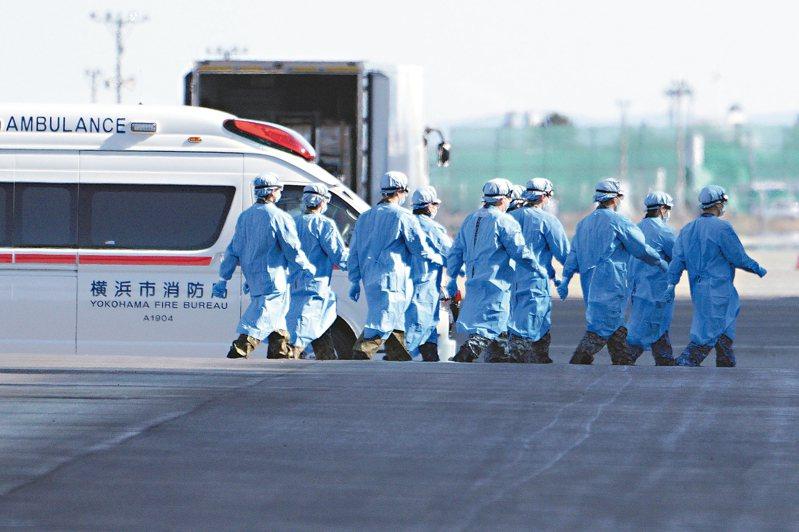 日本衛生官員九日走上停靠橫濱港的「鑽石公主號」郵輪。 (美聯社)