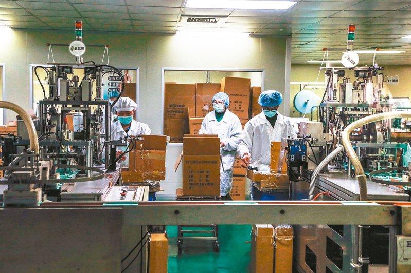 國軍進駐口罩工廠協助生產。 圖/聯合報系資料照片