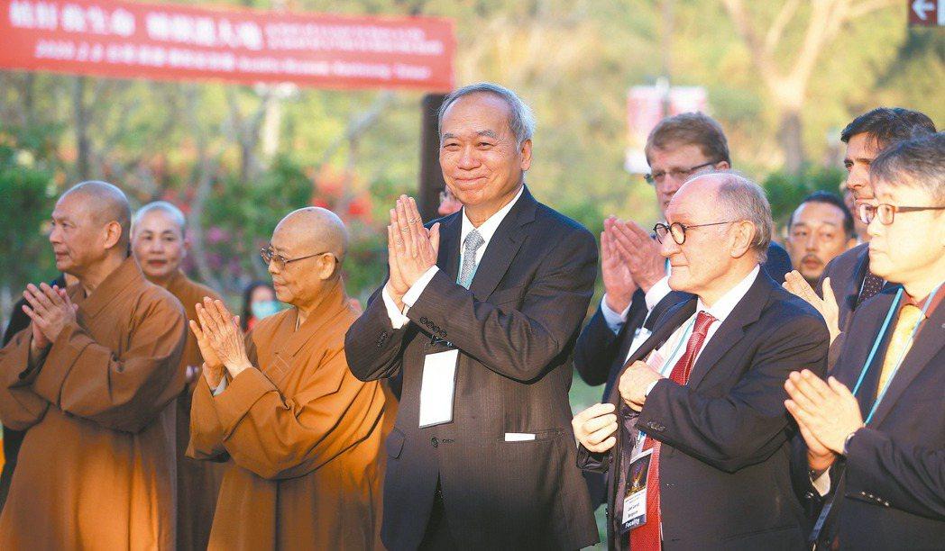 國際活體肝移植研究會世界大會在佛光山佛陀紀念館舉行,陳肇隆(中)與全體專家一起祈...