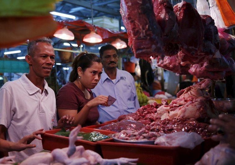專家指出,大陸和東南亞常見的傳統市場很容易成為病菌的溫床。 (路透)