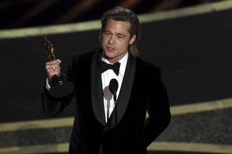 從影以來一直以帥氣小生形象知名的布萊德彼特,雖曾在6年前靠著製作「自由之心」拿下奧斯卡最佳影片獎,卻從未憑演技得到小金人,終於以昆汀塔倫提諾執導的「從前,有個好萊塢」獲得最佳男配角獎,成為第92屆奧...