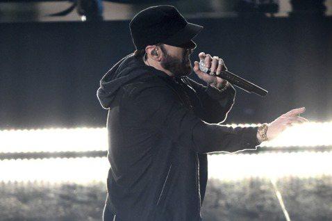 美國饒舌天王阿姆(Eminem)突然驚喜現身奧斯卡,獻唱2003年奪得最佳原創歌曲的「Lose Yourself」,全場相當驚喜,有的人跟著搖擺,但馬丁史柯西斯卻被拍到閉目養神。另外他發福的身型也成...