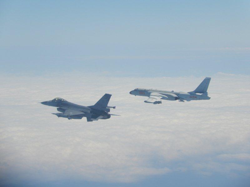 國軍F-16監控伴飛中共轟六機。 圖/國防部提供