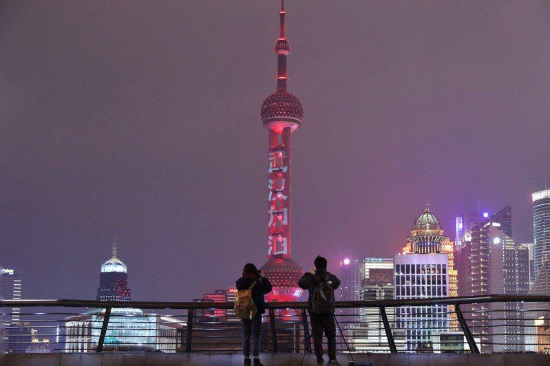繼北京之後,上海也宣布實施封閉式管理。 中新社