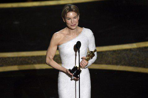 芮妮齊薇格(Renée Zellweger)以「茱蒂」(Judy)奪下第92屆奧斯卡影后,這不僅是她暌違16年後,2度獲得奧斯卡演技獎項肯定,也是她首座奧斯卡影后。而截至目前為止,更以本片連獲19個...
