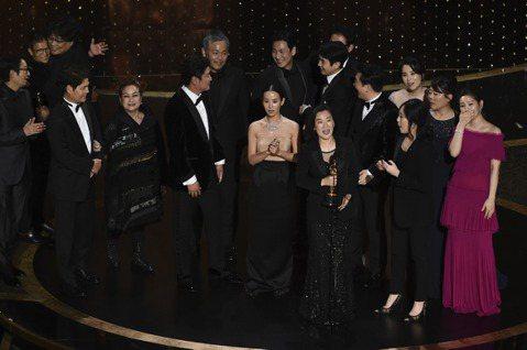 南韓名導奉俊昊以「寄生上流」抱走第92屆奧斯卡最大獎最佳影片,他這次以該片入圍6項最後狂掃4項大獎,包括最佳原著劇本、最佳導演、最佳國際電影,最後還拿下最佳影片,成為奧斯卡史上首部獲得最佳影片的外語...