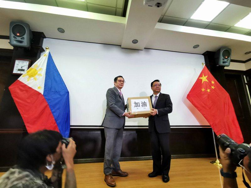 菲律賓政府在克拉克舉行向中國政府提供抗疫物資移交儀式。 中新社