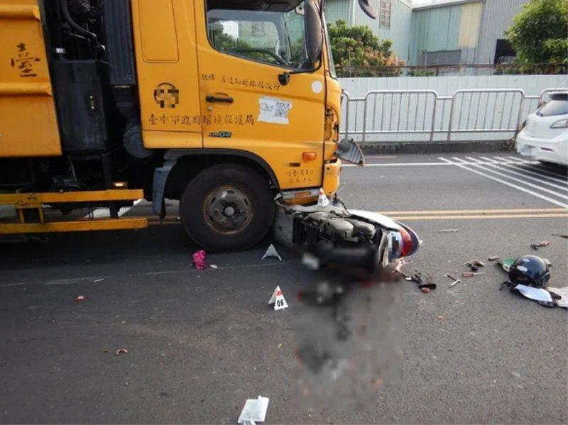 台中市林姓市民下午騎機車從霧峰區峰堤路要左轉吉峰西路時,被同向直行的一輛環保局大里清潔隊的垃圾車撞上,當場倒地,還被拖行約30公尺,送醫急救不治。圖/民眾提供
