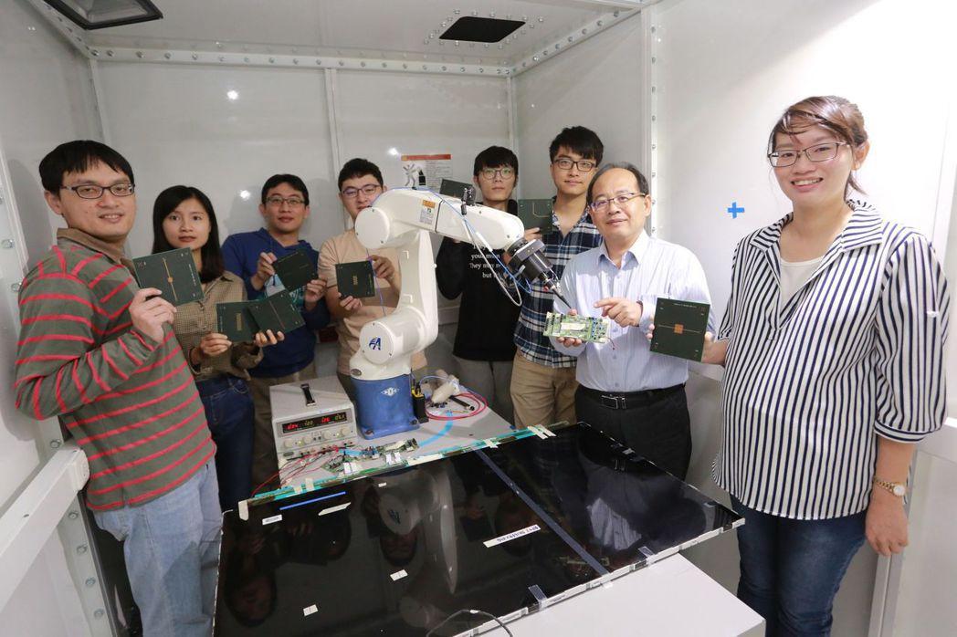 吳松茂教授(右二)與團隊合影。 高雄大學/提供