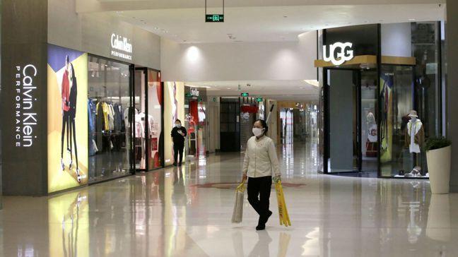 武漢肺炎疫情來勢洶洶,北京市中心一家購物中心顯得空蕩蕩。經濟學家說,減少外出購物...