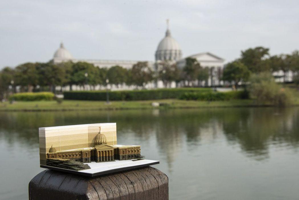 與奇美博物館建築本體相襯映的奇美博物館紙雕便條紙。  奇美博物館 提供