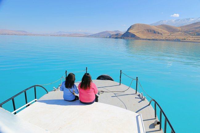 凡湖樣貌一日多變,湖面平靜,適合搭船遊湖。 記者魏妤庭/攝影
