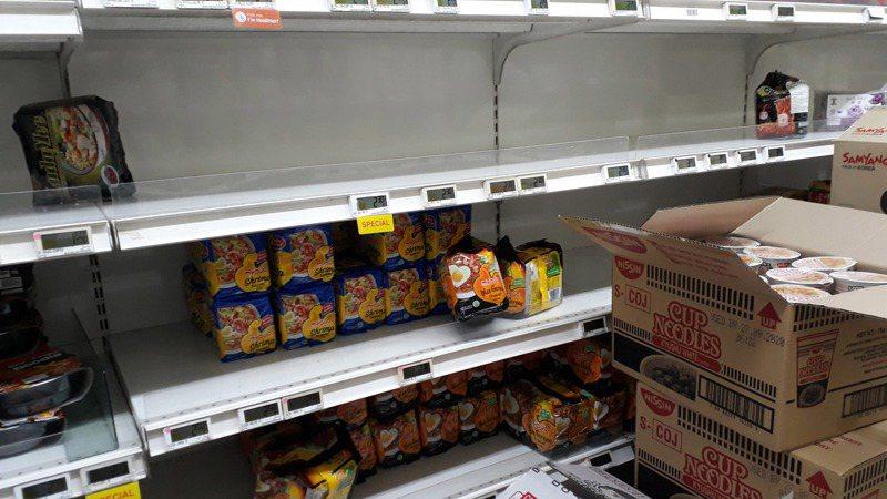 新加坡43例確診中國以外最多,民眾狂囤貨、超市限購民生用品。 中央社