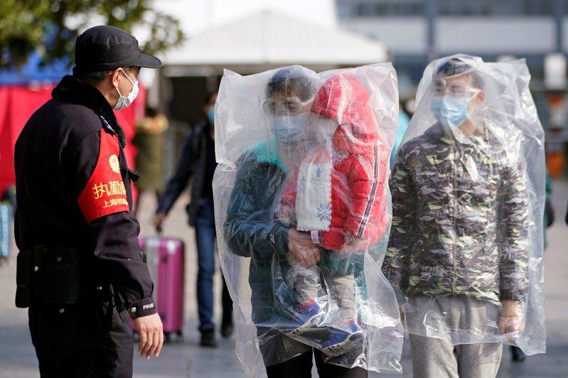 對於新型冠狀病毒肺炎除可透過飛沫、接觸傳染,還可以透過「氣溶膠」傳布,即空氣傳播,對此兩岸專家均持懷疑態度。 路透社