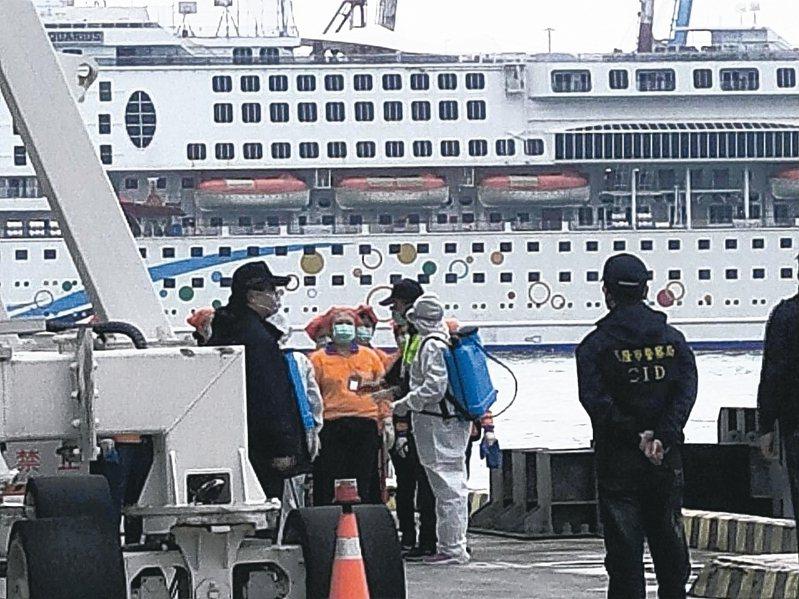 寶瓶星號下午1時進基隆港西4碼頭,不營運靠港暫置。 記者游明煌/攝影