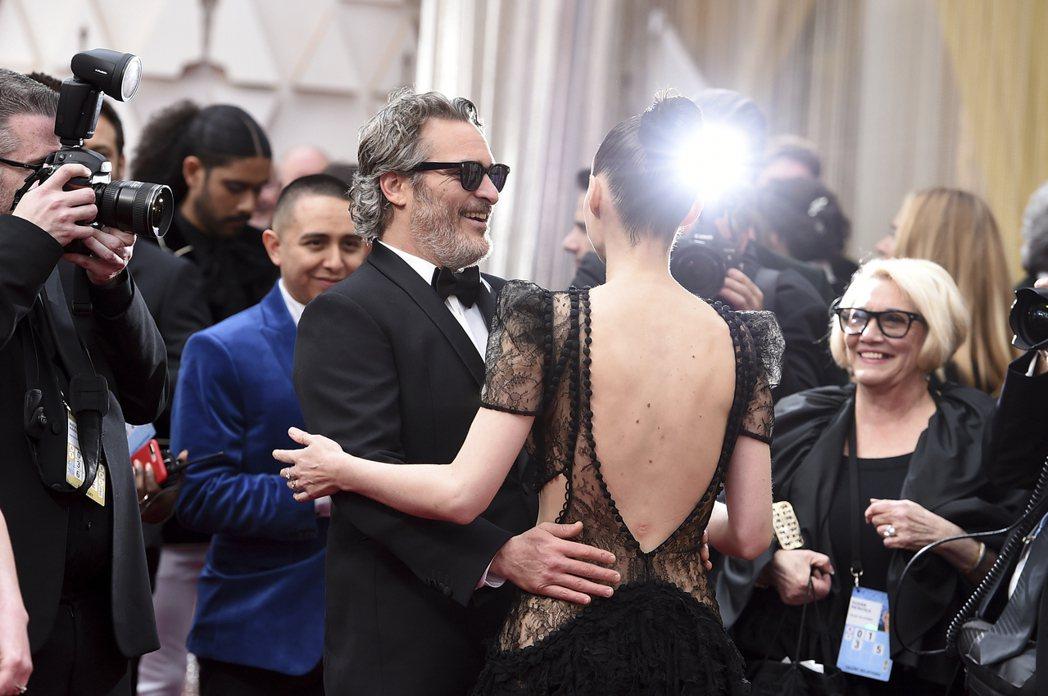 美國女星魯妮瑪拉(Rooney Mara)以黑色禮服搭配紅唇,鏤空蕾絲若隱若現,...
