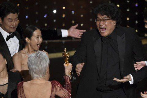 南韓「寄生上流」今天改寫奧斯卡史,成為首部贏得最高榮譽最佳影片獎的非英語電影,也是第一部贏得這座獎的南韓電影。美國媒體報導,此片的勝出將讓電影文化更豐富。鬼才導演奉俊昊(Bong Joon-ho)描...
