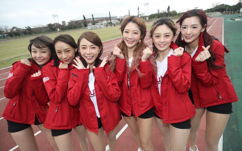 洲門戶交流賽從2016年起,連續5年在日本沖繩石垣市舉行,這次桃猿啦啦隊Rakuten Girls共有6名成員到石垣島,除了資深女孩倪暄(右3)與隊長苡萱(左3)外,YURI(左)、卉妮(左2)、菲菲(右)與若潼(右2)都是第一次參與。 中央社