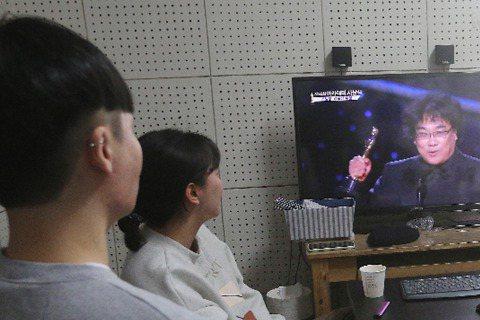 南韓電影「寄生上流」(Parasite)今晚贏得奧斯卡金像獎最佳影片等4項大獎,是首部獲此成就的外語片,不但鞏固這部電影影史地位,同時加深南韓對美國逐漸增加的文化影響力。美國有線電視新聞網(CNN)...