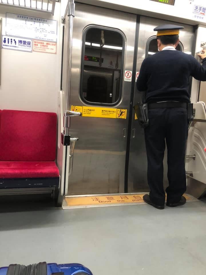 台鐵列車長超暖,無償借旅客行動電源。圖/取自爆廢公社公開版