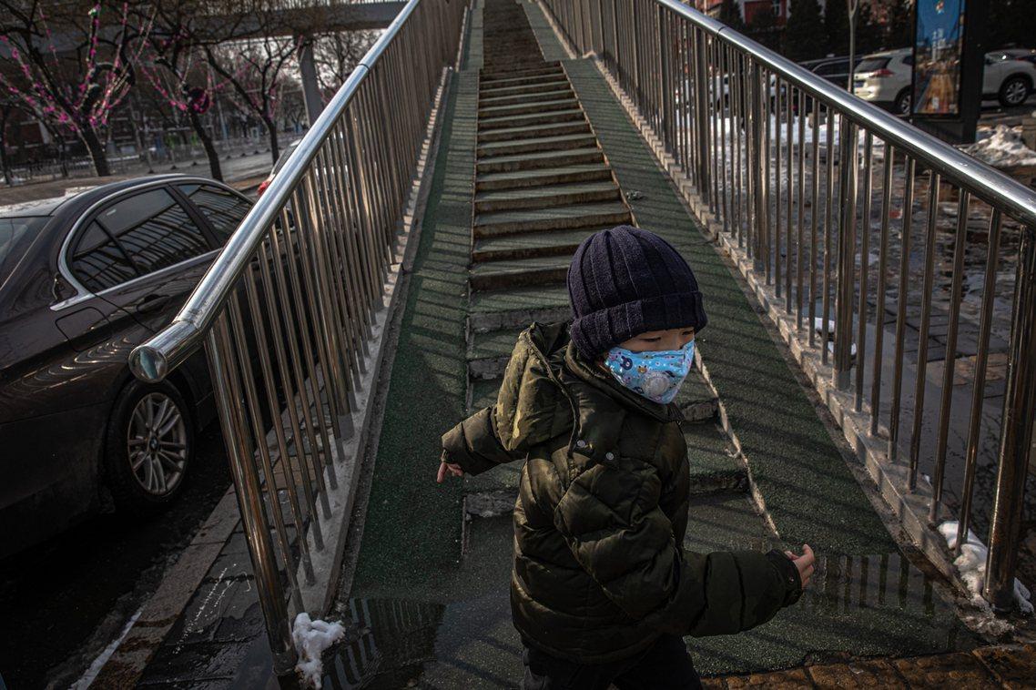 開工日的上午,北京與上海卻突然發出急令,要求市區各居住小區嚴格執行「封閉式管理」...