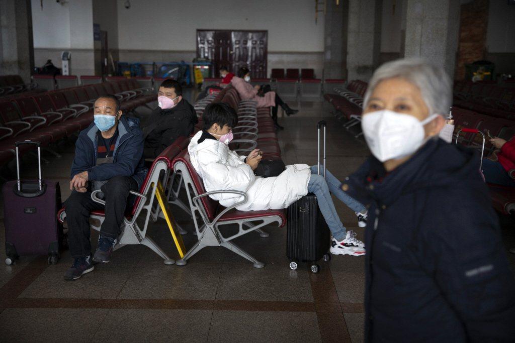 2月1日,北京車站乘客戴上口罩防範新冠狀病毒。 圖/路透社