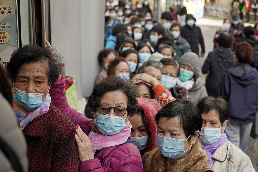 1月31日,香港藥妝店外買口罩的民眾大排長龍。  圖/美聯社