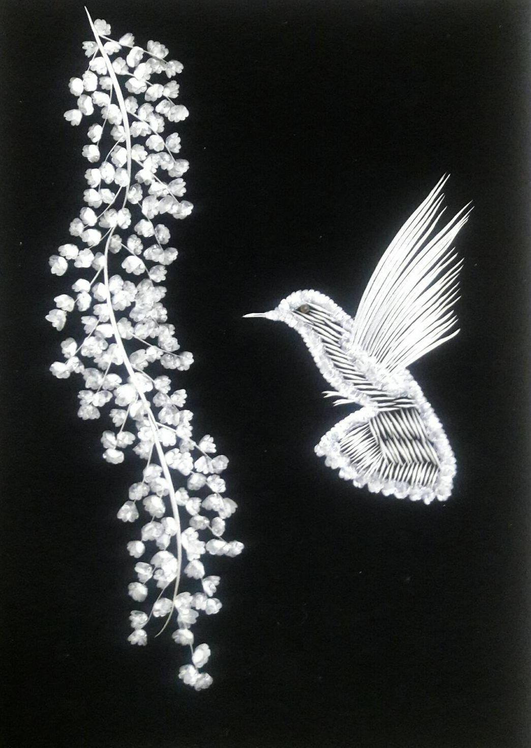 孫銘生正在日月潭邵族遊客中心登展的魚骨畫作「鳥語花香」。 圖/孫銘生提供