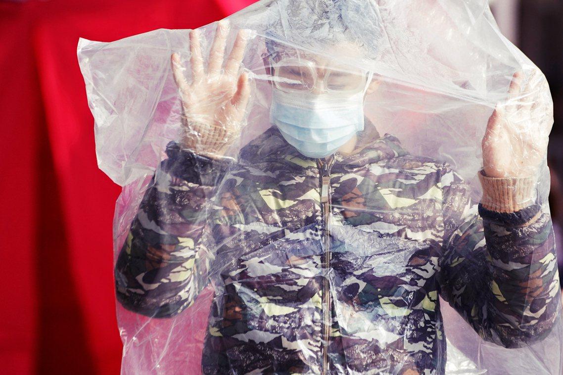 遭遇武漢肺炎重創的中國,10日沿海各地工廠、商號已於陸續開始「名義上的復工日」。...