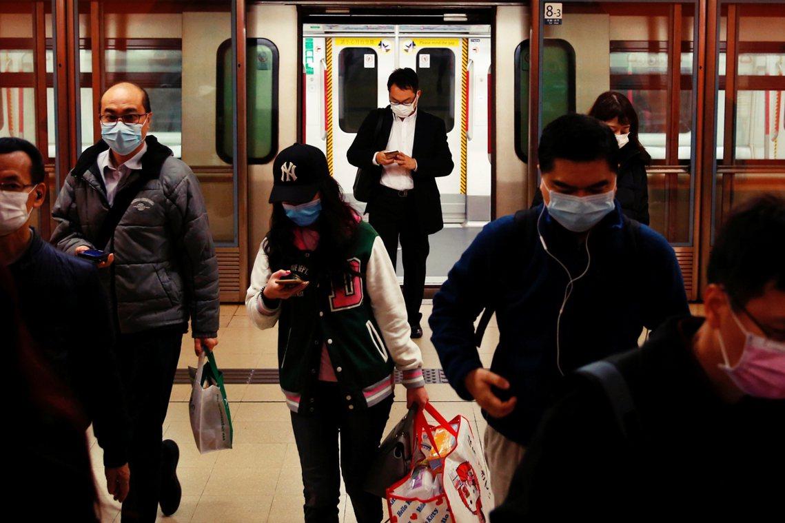 圖為香港地鐵的通勤上班族。 圖/路透社
