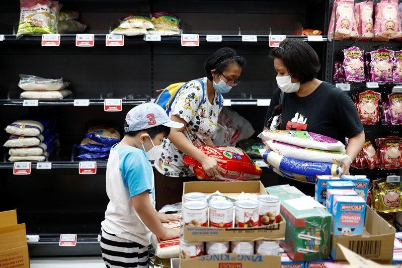 圖為新加坡民眾搶購生活用品及食物。 圖/路透社