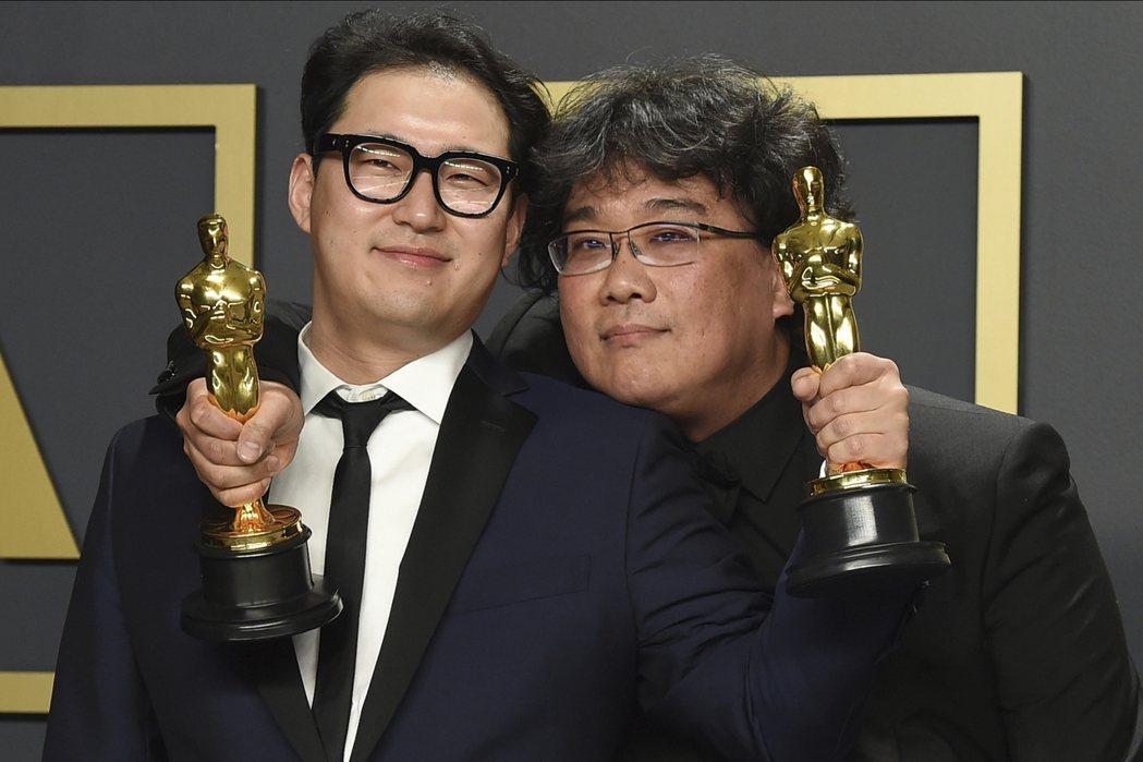 韓進元與奉俊昊以「寄生上流」獲得奧斯卡最佳原創劇本獎。 圖/美聯社