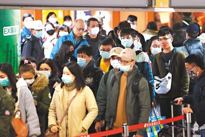 因武漢肺炎,近期不少專家宣導「捷運內不需戴口罩」引發網友質疑。 圖/聯合報系資料照