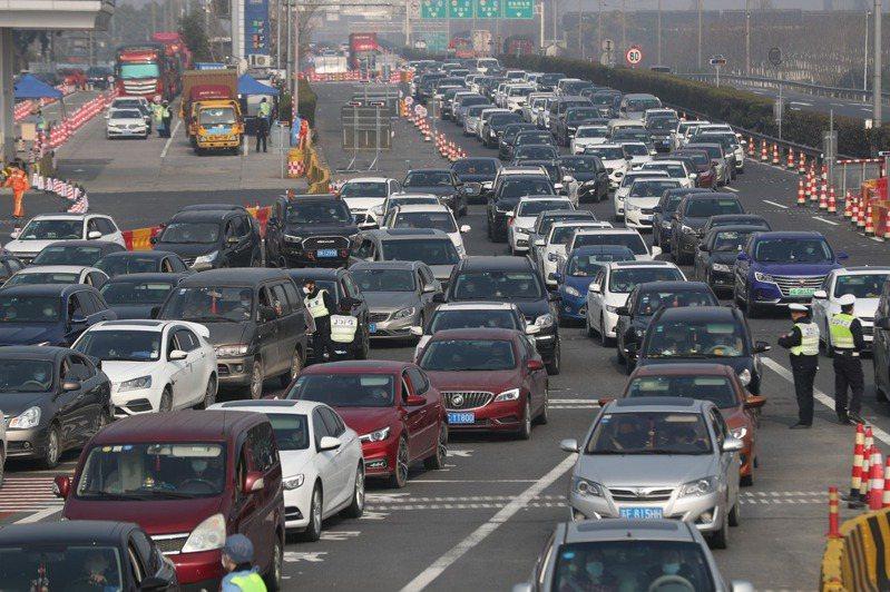 2月10日是春節過後、湖北省外的首個復工日。多地迎來「返程潮」。(中新社)