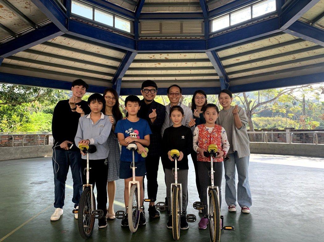 南投永康國小師生除體驗VR科技應用外,也讓自台北南下的團隊,學習到教育的使命與兩...