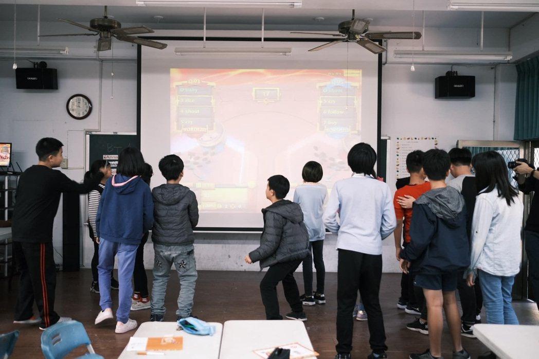 孩子們挑戰《VR英文小鬥士》,遊戲競賽激發同學不服輸的韌性。 蔡尚勳/攝影