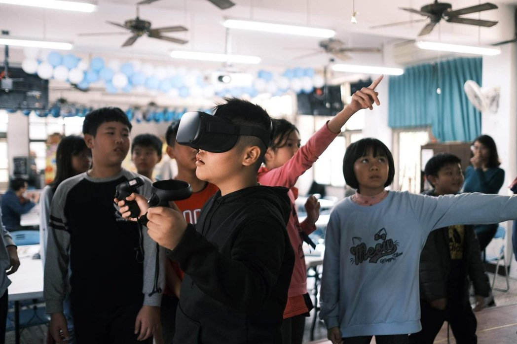 教師以整合e化工具的教學方式,並透過大型觸控螢幕操作VR教育平台以輔助教學。 蔡...
