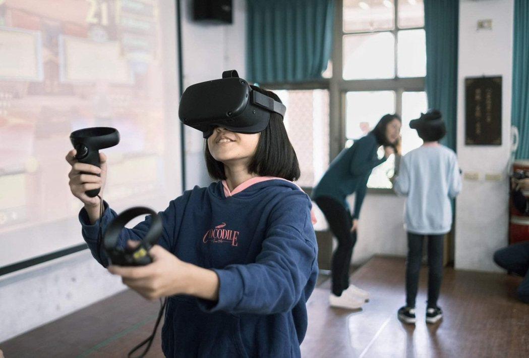 本次示範教學由國內VR教育先驅闇橡科技,以及推廣教育新創的雜學校合作,在數位教育...