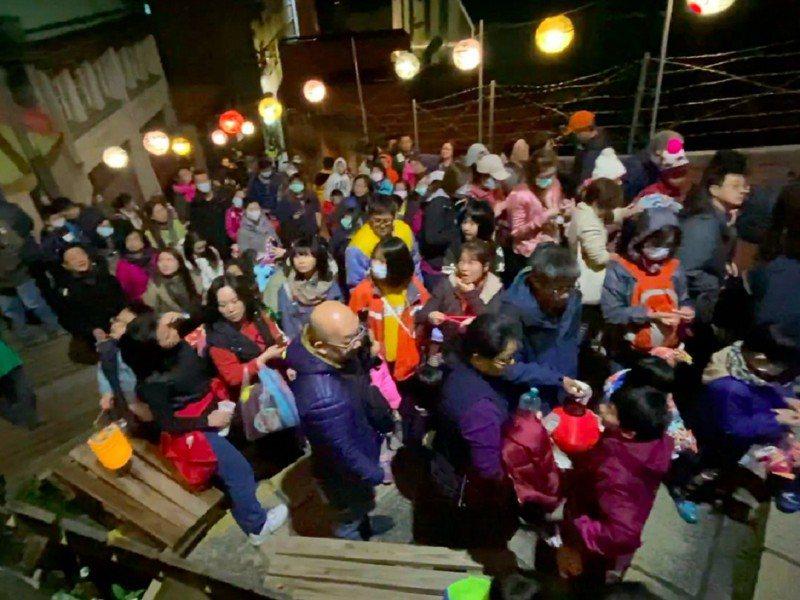 淡水區公所與淡水街道文化促進會發起的元宵提燈遊滬尾活動,邀集上千人一同參與,一同感受重建街的歷史文化。 圖/紅樹林有線電視提供