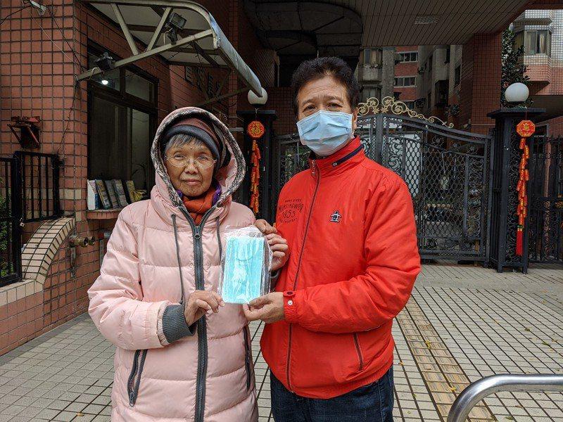 汐止區公所也針對轄區內112位獨居長輩,請里長及志工協助,將一個星期兩片口罩送到家,讓長輩好感謝。 圖/觀天下有線電視提供