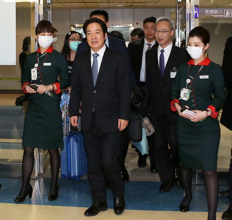 副總統當選人賴清德(左二)結束美國訪問行程,10日清晨4時45分搭乘長榮航空公司班機返抵桃園機場。記者陳嘉寧/攝影