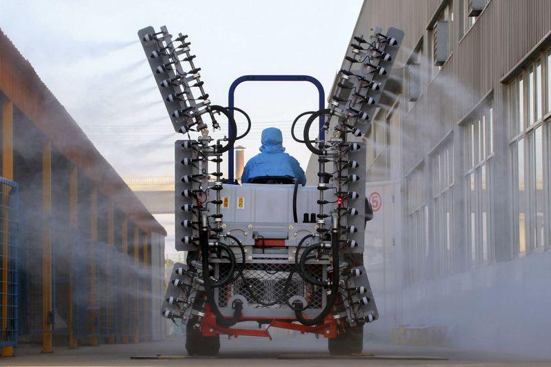 為迎接上工,山東煙台一家工廠展開消毒工作。美聯社