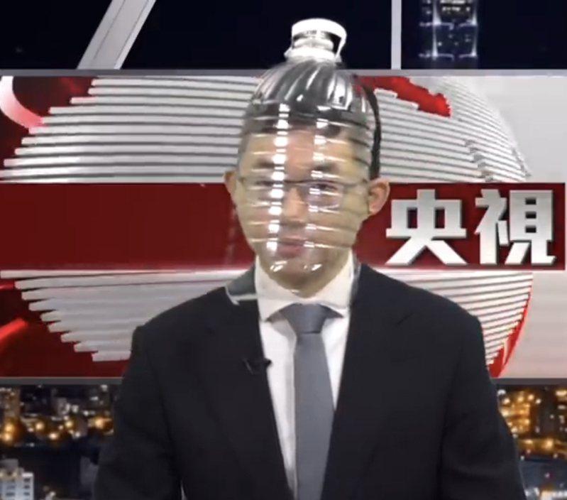 知名的YouTuber眼球中央電視台主播視網膜最近播報新聞時都在頭上戴著水桶,專家認為其實防護效果應該不錯。圖/取自YouTube