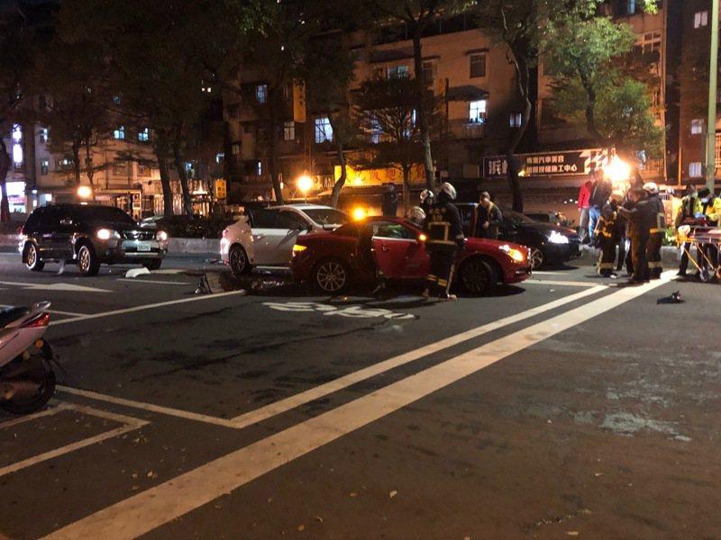 劉男駕駛白色車輛,行經新北市新店區中興路段時因不明原因直接撞上前方正在停等紅燈的三輛轎車。圖/張姓讀者提供