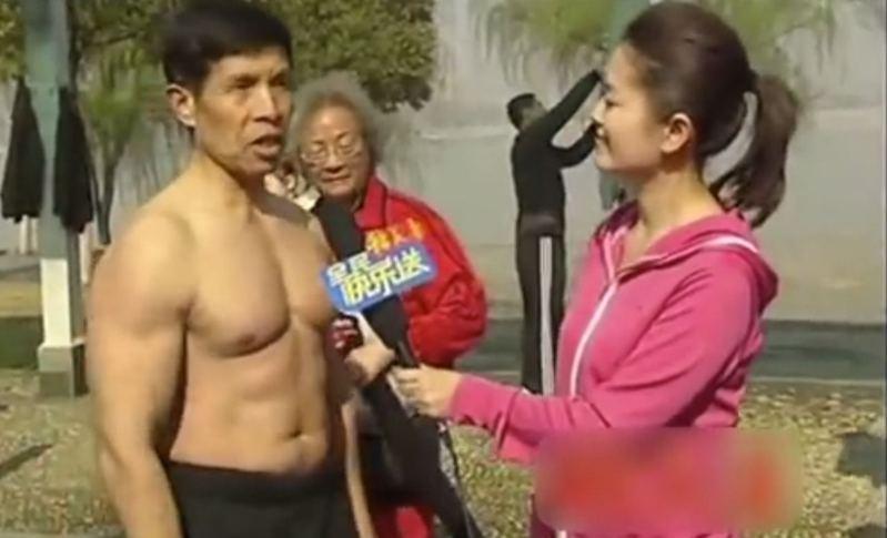 武漢肺炎疫情蔓延,曾在大陸多個健身賽奪冠的72歲健身達人邱鈞也難倖免,月初確診感染,至上周四(6日)不幸離世。圖為他此前受訪畫面。圖/取自微博影片截圖