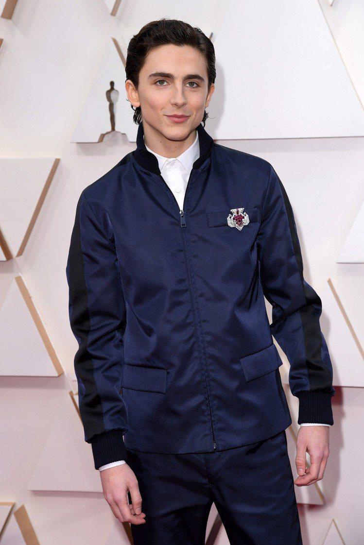「甜茶」Timothée Chalamet身穿PRADA的休閒夾克搭配深色長褲,...