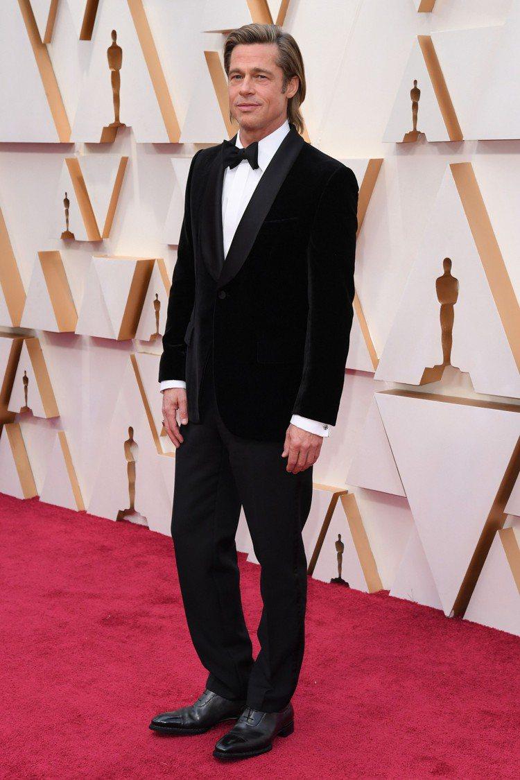 布萊德彼特以黑色絨面晚宴西服搭配黑色領結現身2020年奧斯卡金像獎頒獎典禮。圖/...