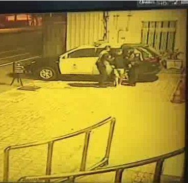 失智老翁深夜迷路,台中清水警分局員警帶他回派出所,通知家人帶回。圖/警方提供